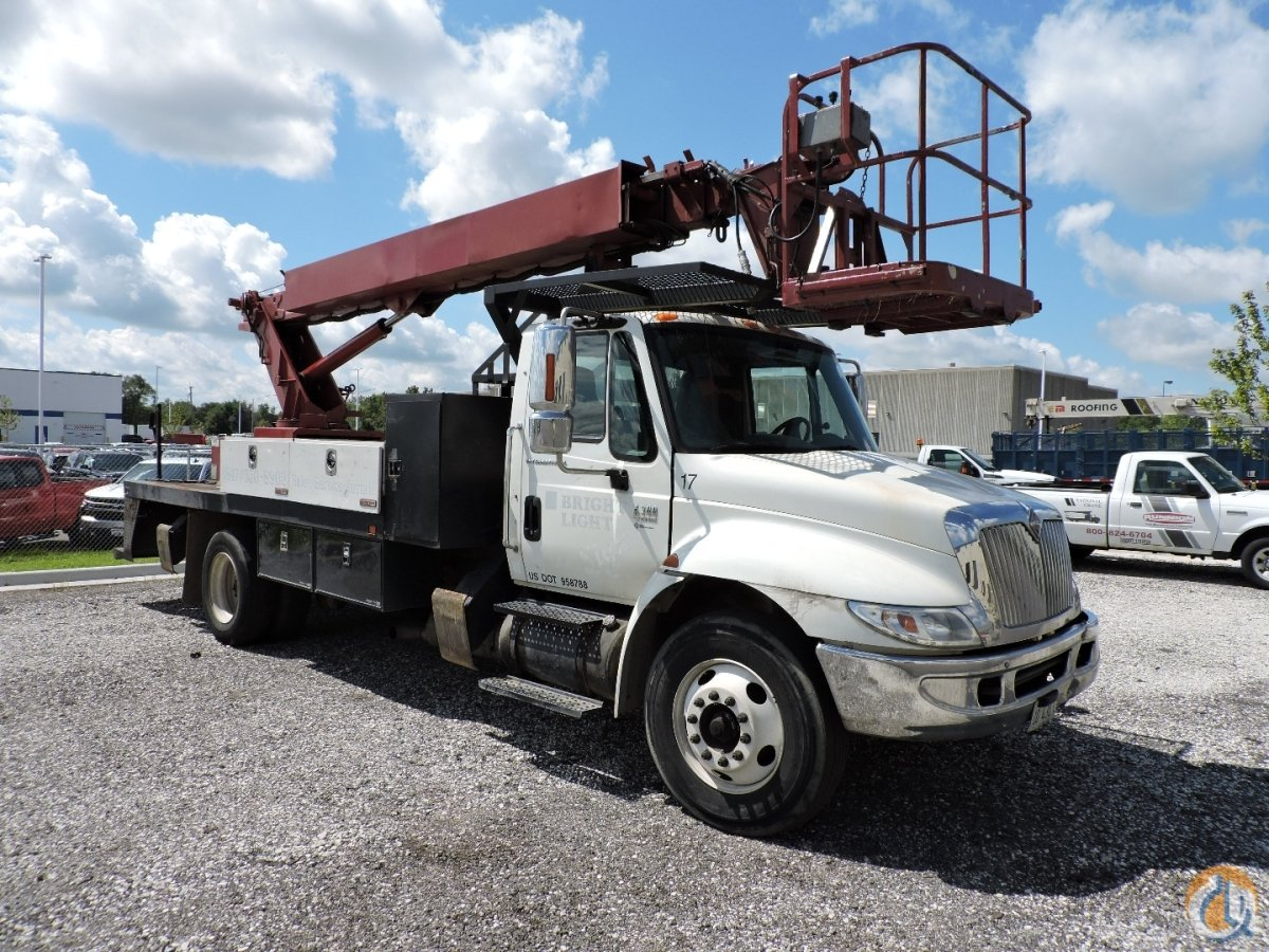 1999 Elliott L55R Mounted on 2006 International 4300 Crane for Sale in Hodgkins Illinois on CraneNetwork.com
